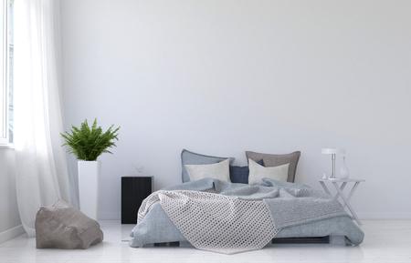 Grote lege muur met witte gordijnen, vareninstallatie, night stand, lamp en vloerkussen naast onopgemaakt bed en niemand erin. 3D-rendering.