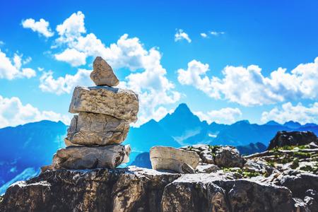 Rock cairn ein Wanderweg in den Allgäuer Alpen auf Großer Daumen in Deutschland mit Blick auf ferne Berggipfel Markierung Standard-Bild