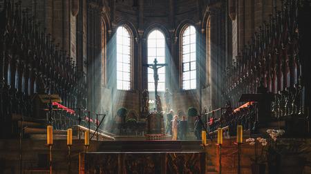 cristianismo: Gran crucifijo cuelga por encima de altar de la capilla, con techos abovedados y candelabros