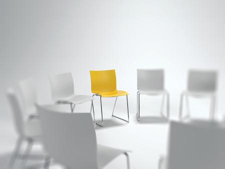 リーダーシップ、多様性と個人主義、コピー スペース上記のコンセプトで選択的なフォーカスを持つぼやけた白い物のサークルで個々 の黄色い椅子 写真素材