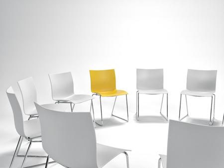 단일 노란색의 자 개인주의, 리더십 및 위의 복사본 공간 군중에서 밖으로 서의 개념에서 흰색 것들의 원 안에. 3d 렌더링입니다. 스톡 콘텐츠