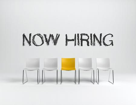 Leere weiße und gelbe Stühle auf weißem Hintergrund mit JETZT ANSTELLEN unterzeichnen herein Mitte. Unternehmenskonzept. 3D-Rendering. Standard-Bild