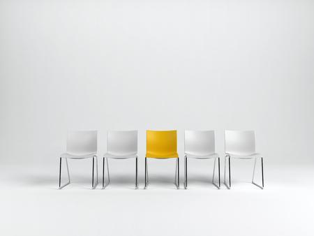 Rij van lege vlakte witte stoelen met speciale gele één in het midden, op een witte achtergrond met een kopie ruimte. 3D-rendering. Stockfoto