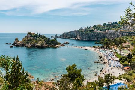 島とタオルミーナ, シチリア, イタリアのイソラ ベラ ビーチと青い海の水の空撮