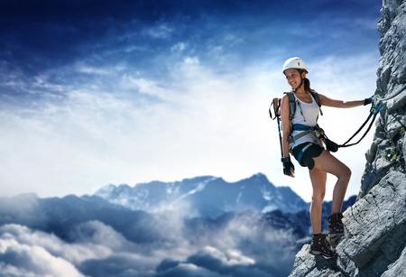Vrouwenklimmer op een Klettersteig (via Ferrata) in de Alpen Stockfoto