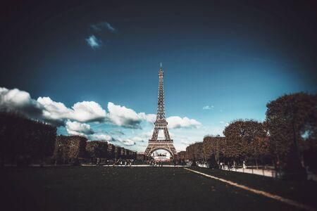 Straßenansicht mit Eiffelturm gegen Wolken im Himmel, Paris, Frankreich Standard-Bild