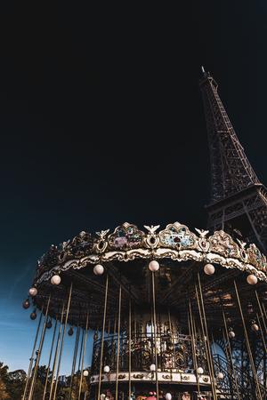 Karussell gegen Eiffelturm in der Abenddämmerung, Paris, Frankreich