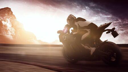 Person auf einem Motorrad, das entlang einer ländlichen Landstraße an der Dämmerung beschleunigt, während das Glühen der Sonne über den Horizont und die Berge mit hellem Aufflackern bricht
