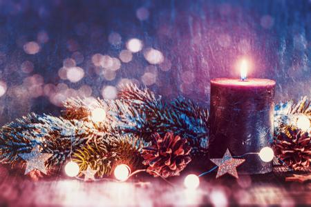 Weihnachtsdekoration mit Kerze.