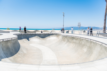 LOS ANGELES, USA - May 15 2018: Beachfront sport facility and skate park, Venice Beach, Santa Monica, Los Angeles, California overlooking the ocean on a hot sunny summer day Banque d'images - 125631201