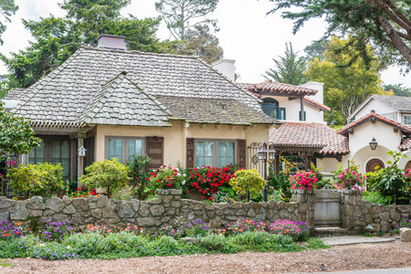 CARMEL-BY-THE-SEA, USA - May 13 2018: Picturesque house in Carmel-by-the-Sea, Monterey Peninsula, California 新聞圖片