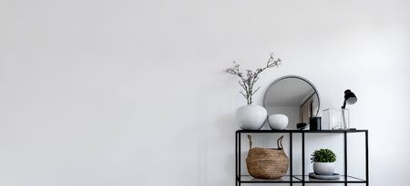 Single modern black display holding up mirror and potted plants in front of white wall. Includes copy space. 3d rendering Banque d'images - 130167283