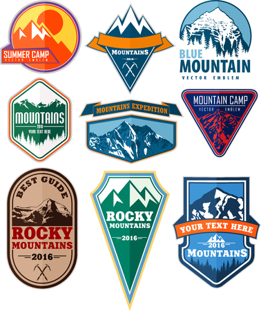 conjunto de camping de montaña aventura insignias expedición emblema Ilustración de vector