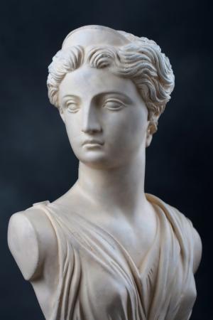 그리스 여신 아르테미스, 제우스의 딸의 돌 흉상의 복사, 아폴로의 쌍둥이 동생이 사진은 얼굴의 2보기를 제공하고 극적인 낮은 키 조명이 에디토리얼