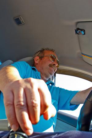 palanca: conductor sentado al volante, los interruptores de palanca de cambio Foto de archivo