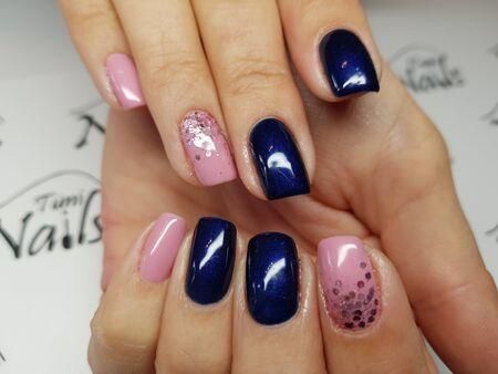 Belle unghie colorate e manicure per le mani.