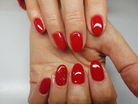 아름다운 다채로운 손톱과 손 매니큐어.