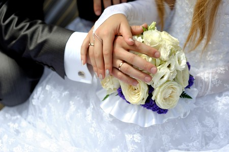 Hands of the groom and the bride with wedding rings 版權商用圖片 - 8101321
