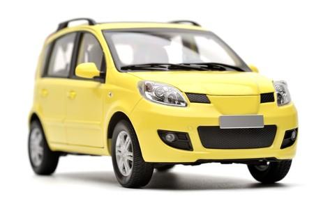 Generieke moderne gele familie automodel op een witte achtergrond, geïsoleerd Stockfoto
