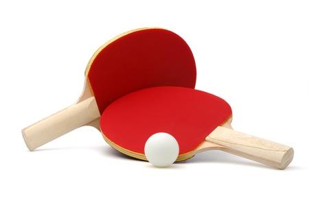 raqueta de tenis: Un par de rojas de ping-pong raquetas y bolas blancas, aisladas sobre fondo blanco