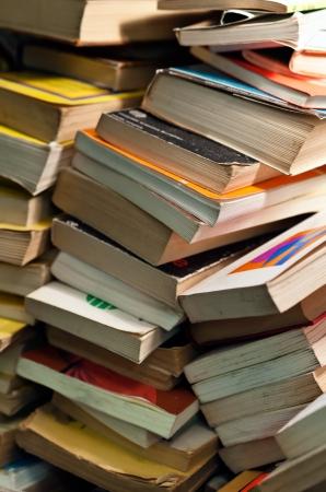 disorders: Gran mont�n de libros viejos