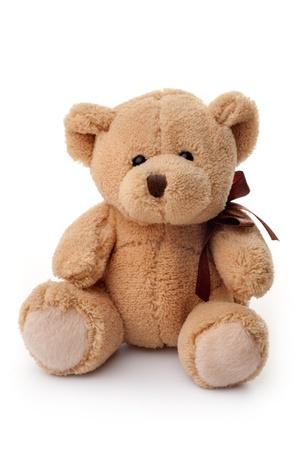 peluche: Peque�o oso de peluche, sentado, aislado en fondo blanco