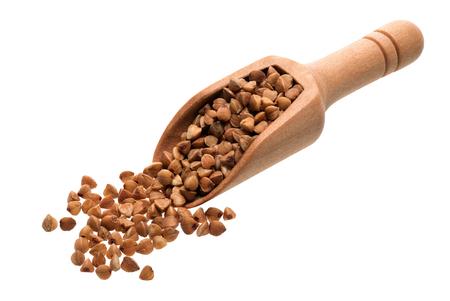 Składniki żywności: sterty kaszy gryczanej w drewnianej czerpak, na białym tle
