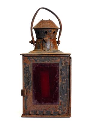 고립 된 개체 : 아주 오래 된 초라한 녹슨 랜 턴, 흰색 배경에 빨간색 유리
