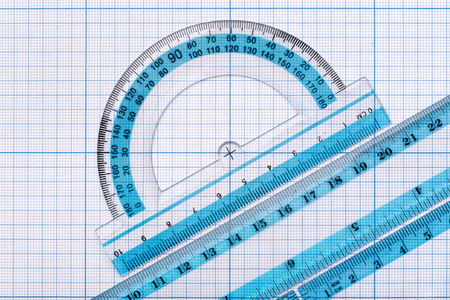Backgrounds and textures: group of transparent plastic rulers, arranged on graph paper, educational abstract Banque d'images