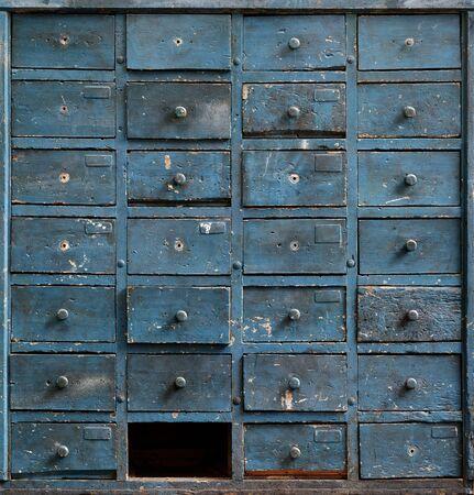 Hintergründe und Texturen: sehr alter dunkelblauer Holzschrank mit Schubladen