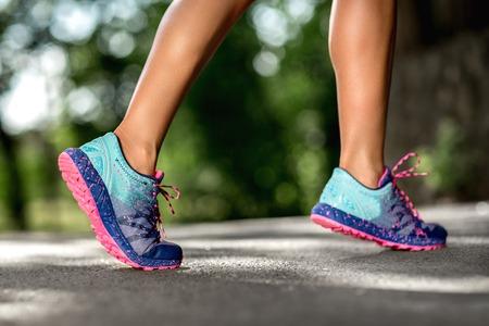 Frauen Fitness Sonnenaufgang Jog Workout Welness Konzept. Läuferfüße, die auf Straßennahaufnahme auf Schuh laufen. Standard-Bild