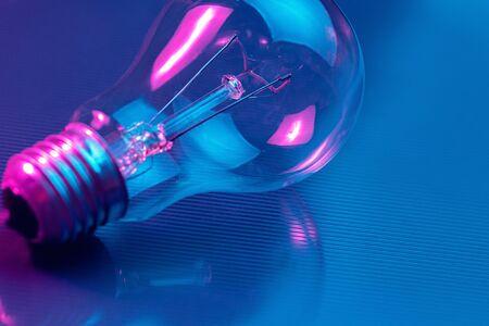 Zdjęcie lampy żarówki w świetle neonowym. Koncepcja pomysłu. Zdjęcie Seryjne