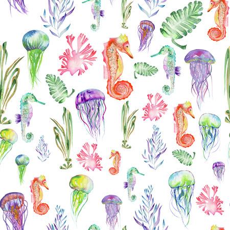 Naadloos patroon met veelkleurige zeepaardjes, kwallen en zeewier algen geschilderd in waterverf op een witte achtergrond Stockfoto