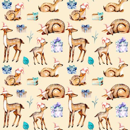Noel şapkalarında suluboya geyikleri bulunan dikişsiz desen, bebek geyikleri ve hediye kutuları, bej arka planda izole edilmiş boyalı el Stok Fotoğraf