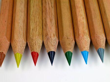 着色された鉛筆の水平