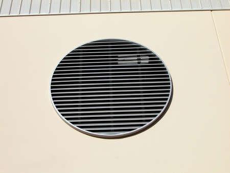Shot van een circulaire vent aan de kant van een nieuw gebouw met een moderne vormgeving