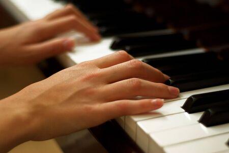 Jonge meisjes handen op Piano toetsen bord