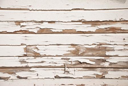 製品不良やひびの入った塗装で非常に古い木製のスラット壁