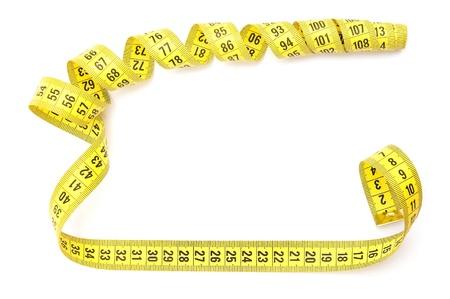 cinta de medir: Cinta métrica amarilla sobre fondo blanco