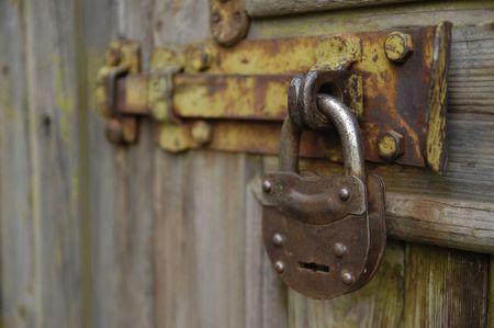 door bolt: El bloqueo de metal antiguo colgado en la puerta