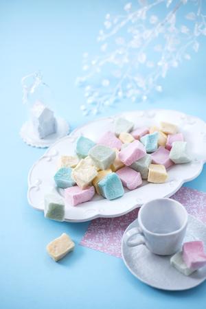 Marshmallows on a blue background, top view Standard-Bild