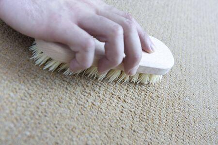 manos limpias: Limpieza de suelo en su casa por un pincel