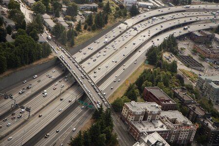 elongacion: Carretera en las grandes ciudades - muchos carriles llenos de coches Foto de archivo