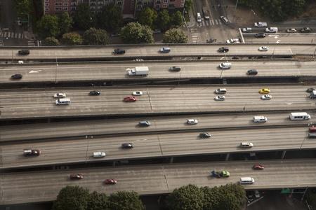 alargamiento: Carretera en ciudad grande - muchas calles llenas de coches Foto de archivo