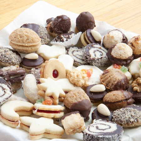 snoepjes: Diverse kerst koekjes op de tafel Stockfoto