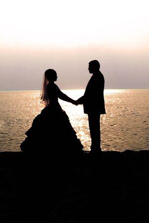 serf: Bride and groom au coucher du soleil Banque d'images