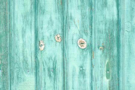 Peinture verte craquelée sur une porte en bois. Effets de flou. Mise au point centrée. Orientation paysage.