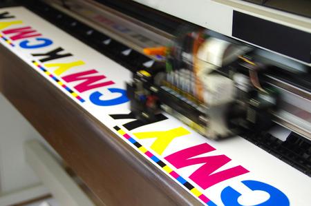 プロッタヘッド印刷CMYKテストをホワイトペーパーにデジタル大型インクジェット機の動作。 写真素材 - 93241247
