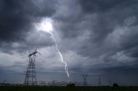 Tormenta eléctrica en torre eléctrica. Cielo dramático y tormenta eléctrica sobre la estación de energía.