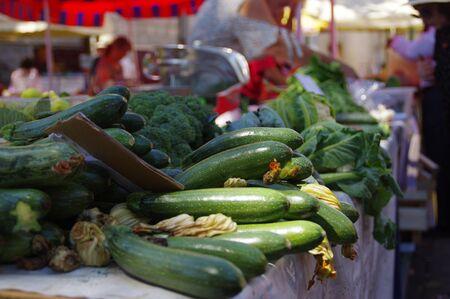 Calabacines en el mercado de la ciudad. Venta de verduras frescas y saludables.